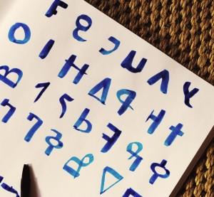 calligraphie africaine à l'encre bleue