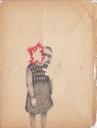 Une fillette est représentée au crayon, deux trous, comme des brûlures apparaissent sur le papier et empiètent sur la figure centrale
