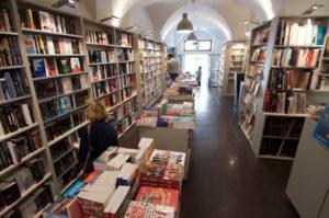 Photographie de l'intérieur de la librairie Le grenier d'abondance, source : page facebook de la librairie